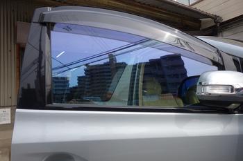 今日は、欧州車の白錆を防ぐフィルムにウインドリペア、またまたウルトラヴィジョンフィルムの施工等です。