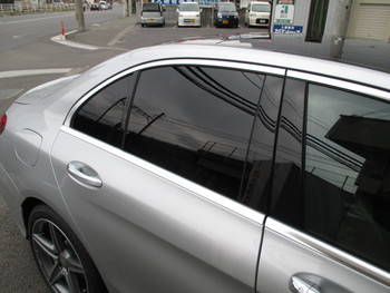 今日は10年経った車のリフレッシュに、ベンツの新型Cクラスが入庫しました!