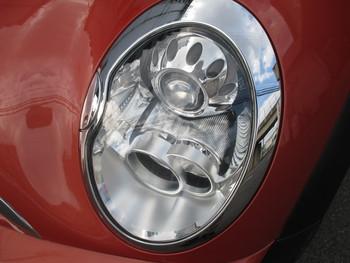 今日はカーボン調ラッピングフィルムの施工に、ミニのヘッドライトリペアです。