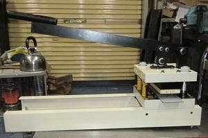 長柄ハンドルの上下操作で素材を型抜く手動型抜き機