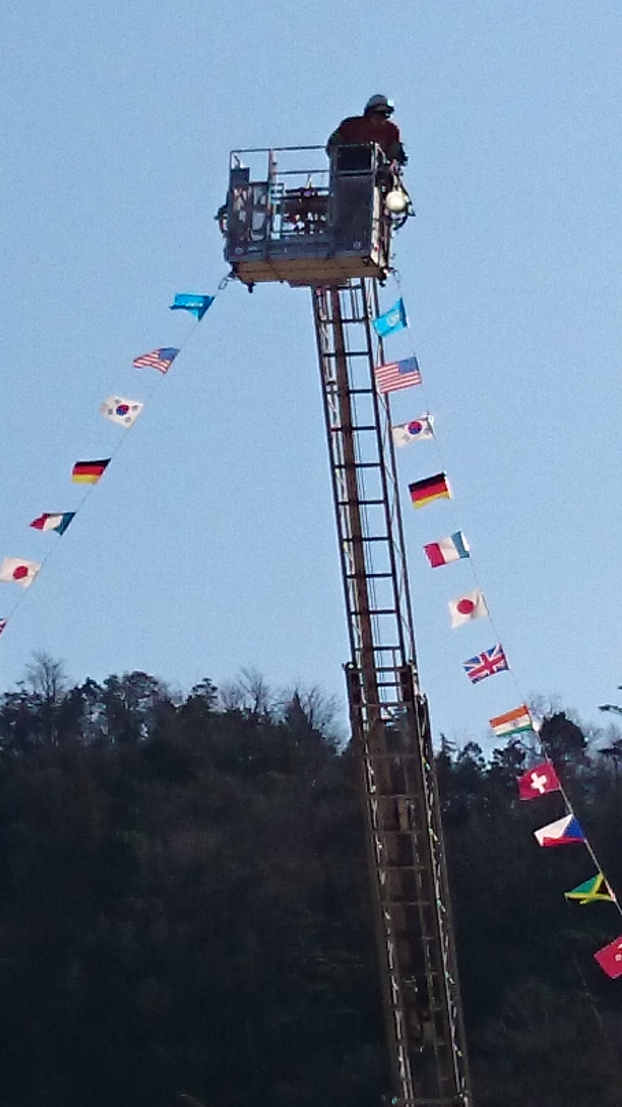 梯子車による万国旗