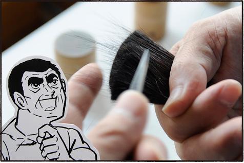 半サシと呼ばれる小刀を使い、毛先と毛根が逆さになっている毛や、途中で切れている毛をはじいていく