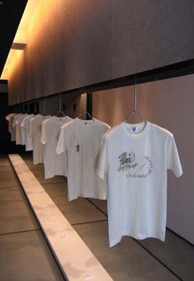 カリグラファー吉田智子さんのTシャツ展示会開催