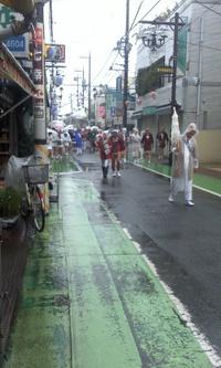 雨でも、神輿担いでいます!