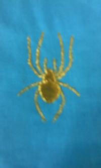 新作、オリジナル刺しゅう『黄金のクモ』。