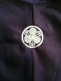 呂の着物に、直径27mm家紋の刺繍をお入れ致しました