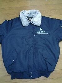 作業用防寒着に、会社のマーク・ネーム刺繍をごいたします。