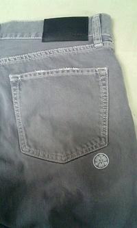 家紋の刺繍を、ズボンに入れました。