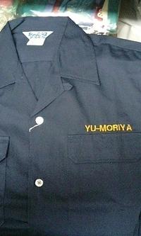 当店でお買い上げの紺の作業シャツに、刺繍を注文のお客様へ。