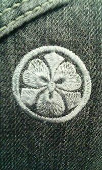持ち込みのジーパンに家紋刺繍を入れました。