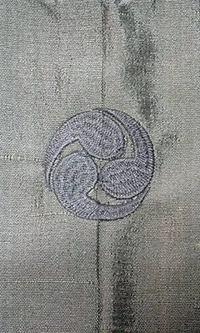 来店頂き、男性用ゆかたに家紋刺繍入れの注文を受けました。