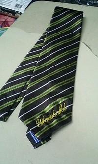 ネクタイに筆記体でネーム刺繍を入れる注文がありました。
