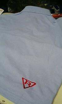 当店でお買い上げ頂いた藤色の長袖ポロシャツに刺繍入れ