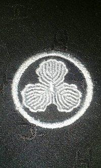 黒いネクタイに家紋の刺繍を入れる注文がありました。