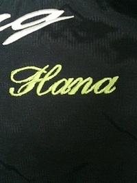 ジャンバーの背中部分に筆記体でネーム刺繍を入れました。