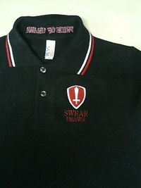 黒いポロシャツに、マーク刺繍&英字刺繍
