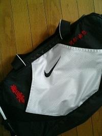 持ち込み頂いたスポーツバッグにマーク&ネーム刺繍入れ