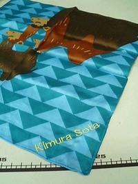 持ち込み頂いた青色のハンカチにネーム刺繍を入れる注文