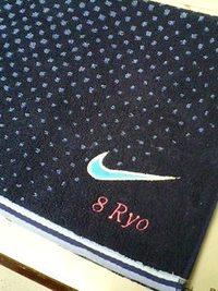 持ち込み頂いた紺のナイキタオルにネーム刺繍入れの注文。
