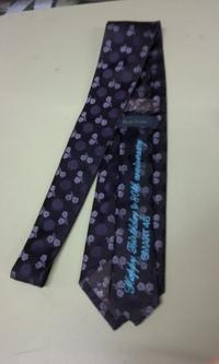 持ち込み頂いたネクタイに文字刺繍を入れる注文。