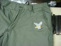 ズボンに当店のオリジナルデザイン「鷹」の刺繍入れ