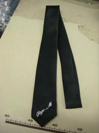 持ち込みの黒ネクタイに、筆記体でネーム刺繍を入れました。