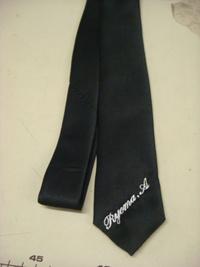 持ち込み頂いた黒いネクタイに英字でネーム刺繍入れ