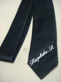 持ち込み頂いた黒いネクタイに、即日英字でネーム刺繍入れ