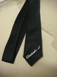 持ち込みの黒ネクタイに、筆記体でネーム刺繍を、即日入れました。